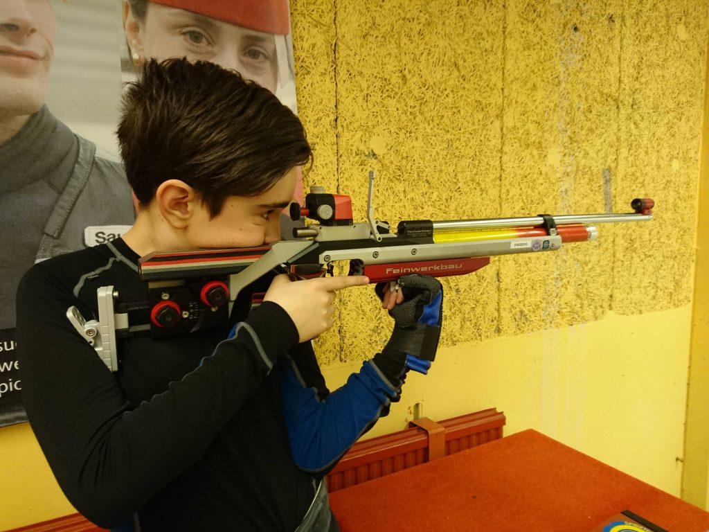 Gustav Eneberg tränar på att behålla fokus.