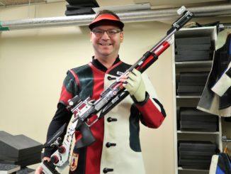 Anders Bucher i skyttekläder med gevär