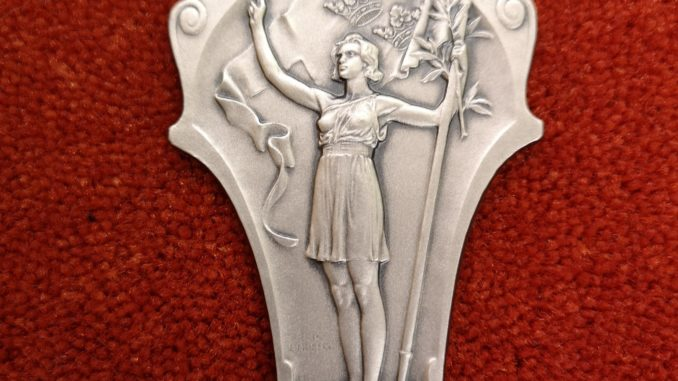 Silvermedaljen föreningen fick efter att Emy Nyberg och Maja Bucher skjutit hem föreningens fösta sportskyttemedalj!