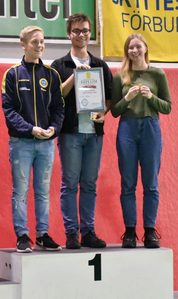 Tre skyttar från Skåne överst på prispallen med diplom och guldmedaljer.
