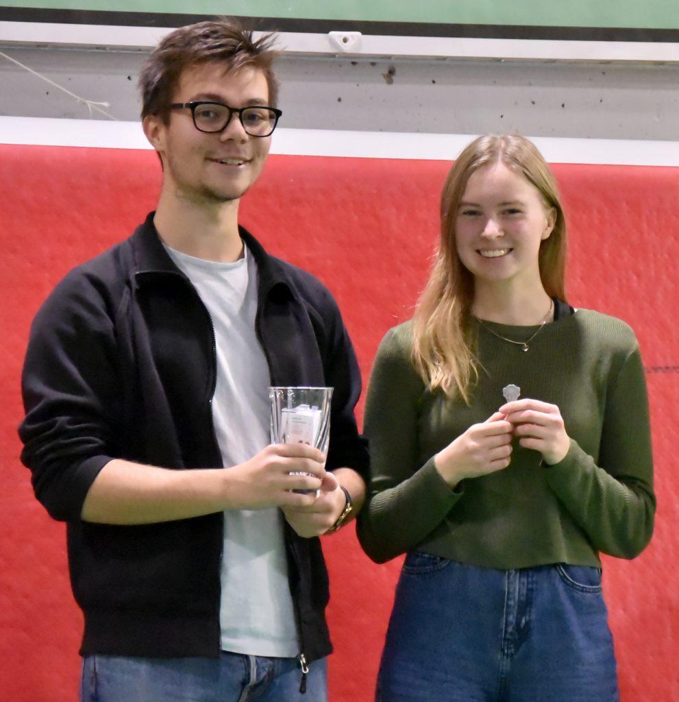 Alexander med glasvas i handen och Emy med en silvermedalj.